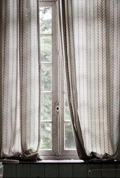 Subtiel licht door oud raam. sur Anne Sypré