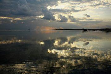 Reflecties in het water bij zonsopkomst in Oman van Yvonne Smits