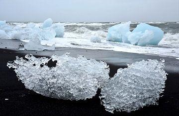 Twee gletsjerijs sculpturen op het lava strand bij ijsmeer Jokulsarlon ice lagoon, ijs van Jutta Klassen