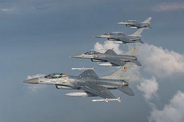 4 F-16's van de Thunder Tigers van de Belgische Luchtmacht, Air to Air  gefotografeerd boven België, van Jaap van den Berg