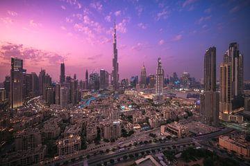 Panorama du centre ville de Dubaï au crépuscule sur Jean Claude Castor