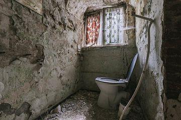 WC in einem verlassenen Kloster. von Het Onbekende