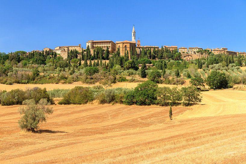 Toscaans dorp op de heuvel van Dennis van de Water