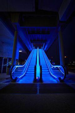 Rolltreppe bei Nacht. von Mike Ahrens