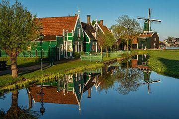 Een reflectie van de huizen en een windmolen op de Zaanse Schans van Anges van der Logt