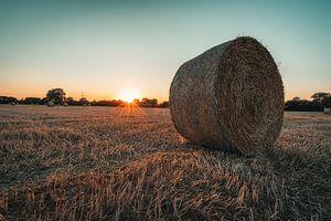 Balen stro bij zonsondergang van Steffen Peters