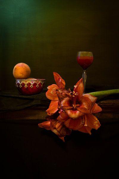 Stilleven met amaryllis en perzik. Wout Kok One2expose van Wout Kok