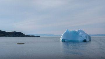 Eisberg auf See im Westen Grönlands von Ralph Rozema