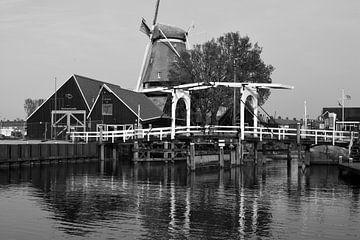 Der Hafen von Harderwijk in Schwarz-Weiß von Gerard de Zwaan