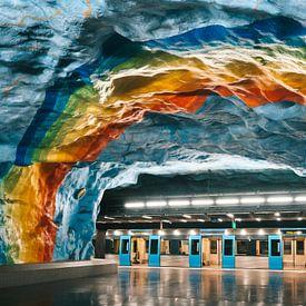 Blauw metrostation met regenboog of pride vlag in Stockholm, Zweden van Michiel Dros