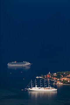 Prachtige cruiseschepen (een zeilend) liggen ver onder het donkerblauw in de buurt van de stad met r van Michael Semenov