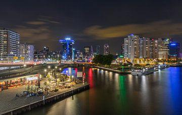 Der Eingang des Leuvehaven in Rotterdam bei Nacht von MS Fotografie | Marc van der Stelt