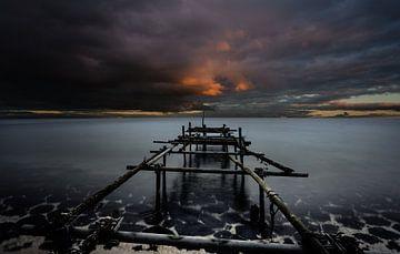 Donkere wolken boven een gebroken Steiger van Mario Calma