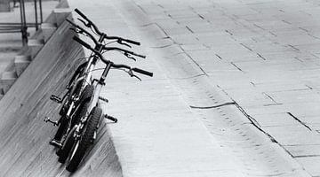 Fahrräder auf der Straße von Perry Wiertz