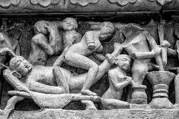 Khajurao - Erotisches Relief im Lakshmana-Tempel Zw-w 5 von Theo Molenaar