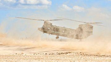 Chinook transporthelikopter in een brown-out landing van Jenco van Zalk