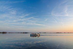 Roeiboot op het water in Oudega van Richard van der Zwan