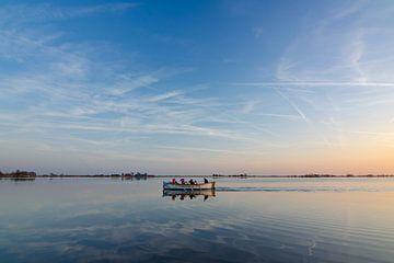 Roeiboot op het water in Oudega sur Richard van der Zwan