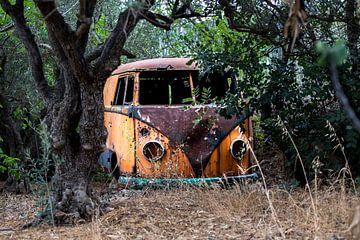 Een verroeste verlaten t1 volkswagen busje van
