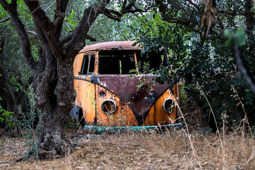 Een verroeste verlaten t1 volkswagen busje van Paul Wendels