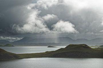 Iceland - sun and rain on Lake Myvatn sur Ralf Lehmann