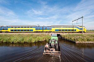 De trein in het Nederlandse landschap: Oostzaan van