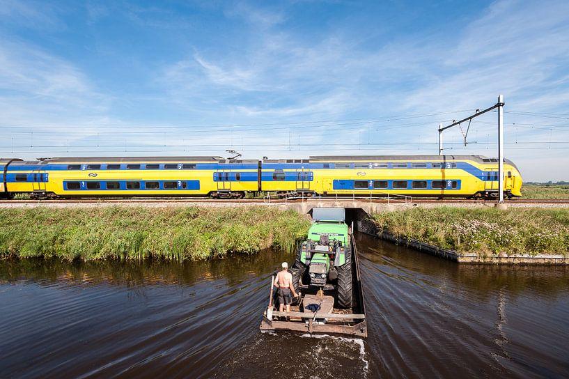 De trein in het Nederlandse landschap: Oostzaan van John Verbruggen