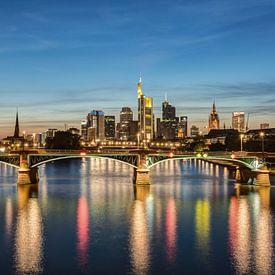 Frankfurt Skyline und Ignatz-Bubis-Brücke von Michael Valjak