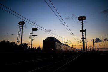 Een Intercity tussen Weesp en Diemen net na zonsondergang van Stefan Verkerk