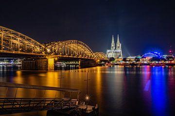 Cathédrale de Cologne, pont Hohenzollern, coupole musicale sur le Rhin avec pont au premier plan sur 77pixels