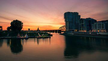 Kleurrijke zonsopgang bij de Handelskade, Nijmegen van Maarten Cornelis