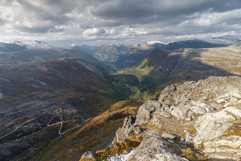 View at Geiranger and Geirangerfjord from 1500mtr high von Menno Schaefer