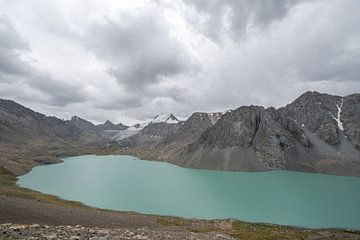 Ala-Kul-See mit Gletscher von Mickéle Godderis