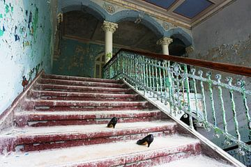 Escalier délabré dans un bâtiment abandonné sur Frank Herrmann
