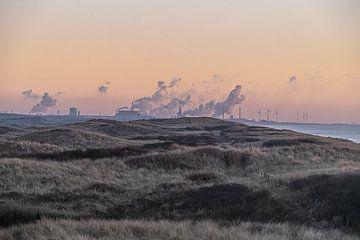 Industrie vs. Natur | Sonnenuntergang gesehen von Castricum-Egmond bis Tata Steel IJmuiden von Rutger van der Klip