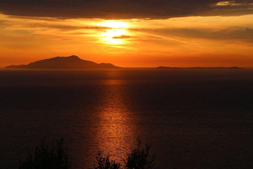 Zonsondergang Ischia Italië van Jeroen Koppes