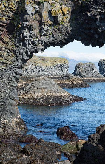 Rotsen in zee op IJsland