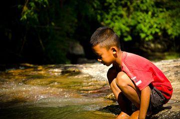 Jongetje aan water van Olivier Van Acker