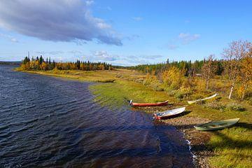 Boten bij een meer in Zweeds Lapland van Thomas Zacharias
