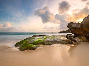 Zonsondergang bij de rotsen van het Intendance Beach van Denis Feiner