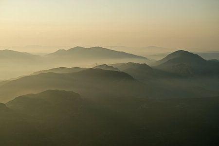 Nevels tussen de bergen in het Catalaanse Montserrat.