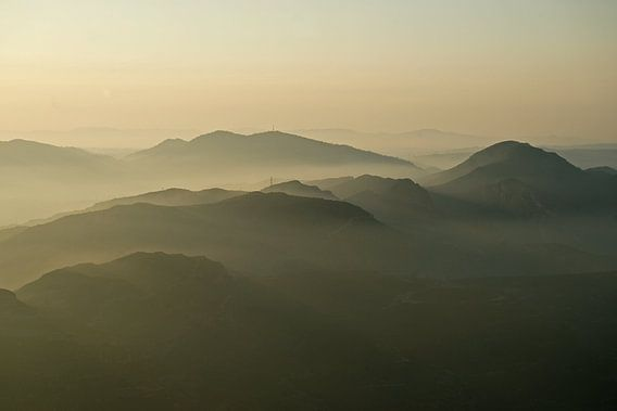 Nebel zwischen den Bergen im katalanischen Montserrat