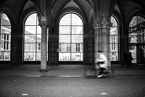 Fietsend door de passage van het Rijksmuseum