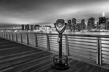 Ferngläser entlang des East River bei Nacht in Schwarz-Weiß von Natascha Velzel