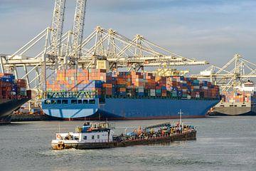 Des cargos avec des conteneurs quittent le port de Rotterdam sur