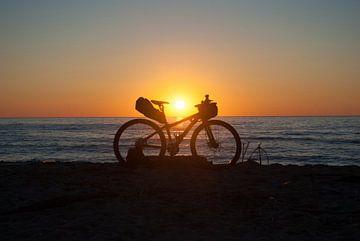 Mountain bike op het strand von Miranda Zwijgers