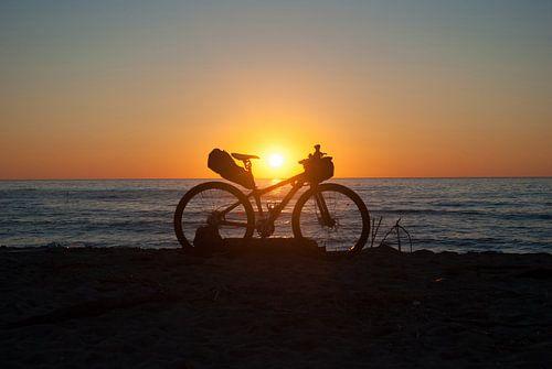 Mountain bike op het strand