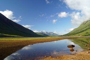Farbenfrohes Glen Etive in Schottland mit Spiegelung der Berge im Fluß.