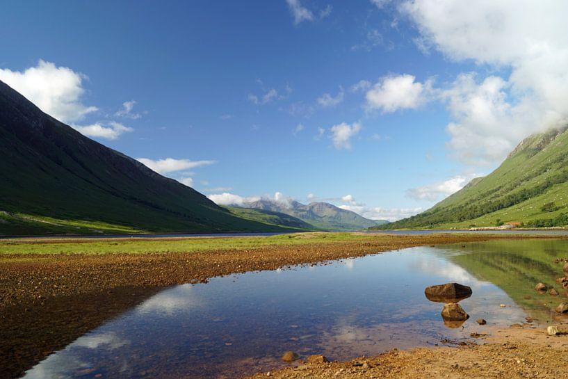 Farbenfrohes Glen Etive in Schottland mit Spiegelung der Berge im Fluß. von Babetts Bildergalerie