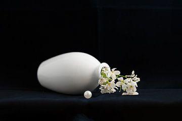 Stillleben mit Perle und weißer Blume von Hannie Kassenaar